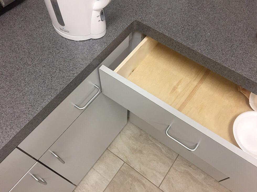 Über Eck angebrachte Schubladen, von denen nur eine auf geht