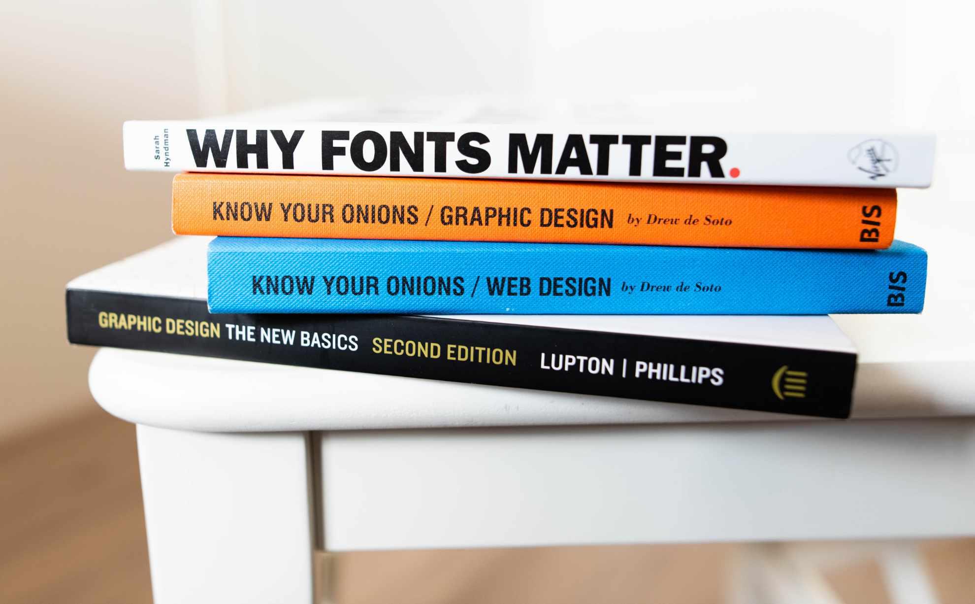 """Vier Bücher liegen auf einem Tisch, darunter das Buch """"Fonts Matter"""""""